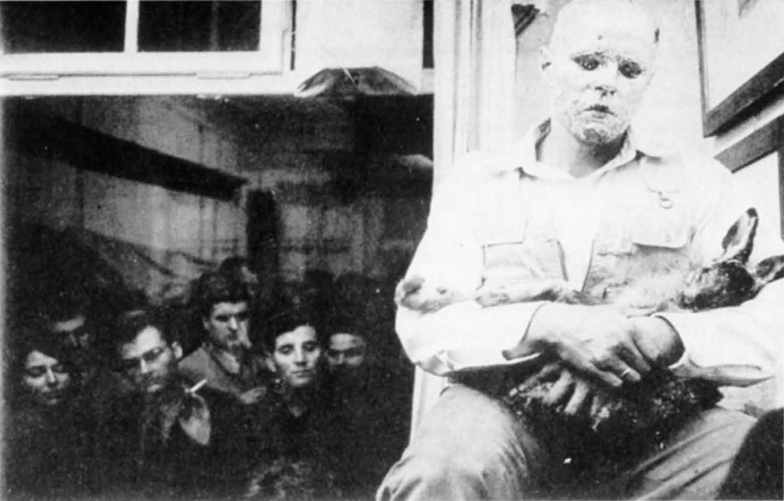 Joseph Beuys 1965 Wie man einem toten Hasen Bilder erklärt